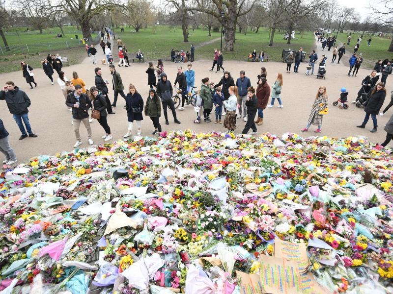 Menschen legen in dem Park Clapham Common Blumen für Sarah Everard nieder. Foto: Victoria Jones/PA Wire/dpa