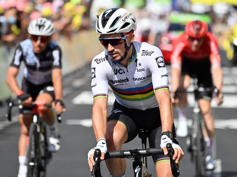 Weltmeister Julian Alaphilippe (M) geht als einer der Favoriten in die 14. Etappe. Foto: David Stockman/BELGA/dpa