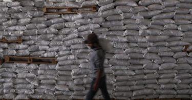 Pakete mit Lebensmitteln des UN-Welternährungsprogramms werden in Idlib entladen. Foto: Anas Alkharboutli/dpa
