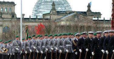 «Die Veranstaltung sollte in einem öffentlichen Raum stattfinden», sagte der Vorsitzende des Bundes Deutscher Einsatzveteranen, Bernhard Drescher. «Da kommt nur die Wiese vorm Reichstagsgebäude in Betracht.». Foto: picture alliance / dpa