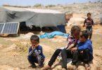 Geflüchtete Kinder sitzen in einem Flüchtlingslager nordwestlich von Aleppo auf einem Stein. Foto: Juma Mohammad/IMAGESLIVE via ZUMA Wire/dpa