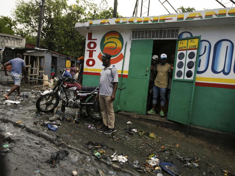 Trümmer liegen auf einer Straße, verursacht durch eine Wasserflut, die durch starke Regenfälle über Port-au-Prince, Haiti, zwei Tage nachdem der haitianische Präsident Jovenel Moise in seinem Haus ermordet wurde. Foto: Fernando Llano/AP/dpa