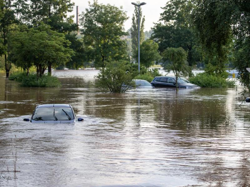Unwetter mit Starkregen hat vielerorts die die Flüsse anschwellen und über ihre Ufer treten lassen. So wie hier in Neustadt An Der Aisch. Foto: Daniel Karmann/dpa
