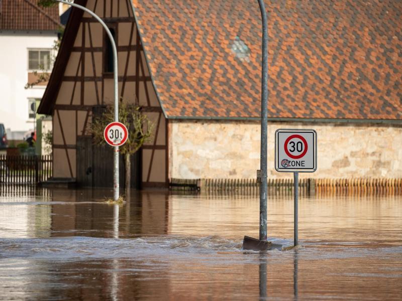 In Wilhermsdorf ist die Zenn meterhoch über ihre Ufer getreten. Die Ortsstraße ist vollkommen überschwemmt. Foto: Daniel Karmann/dpa