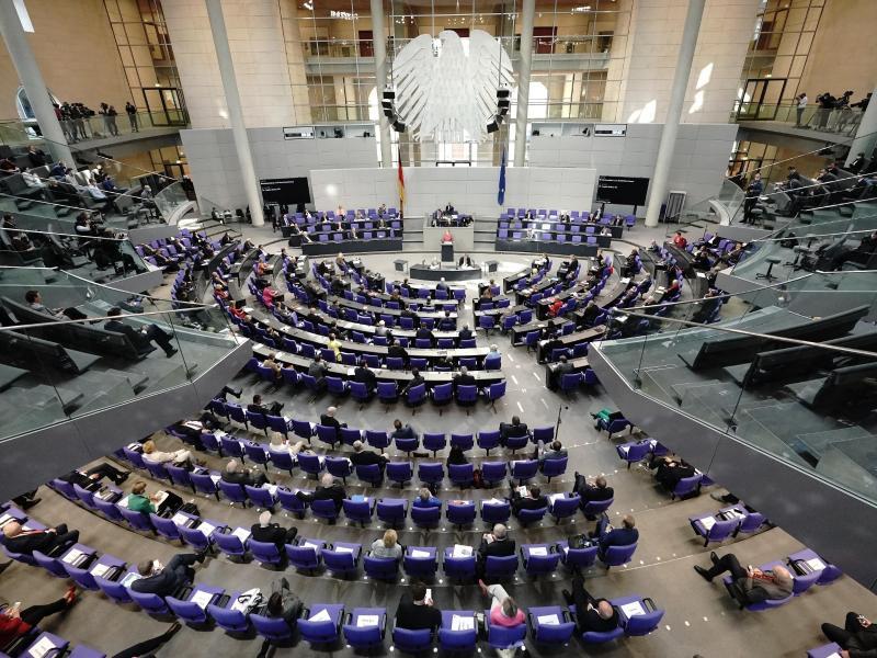Die Abgeordneten sitzen während einer Generaldebatte zum Bundeshaushalt im Bundestag. Foto: Michael Kappeler/dpa