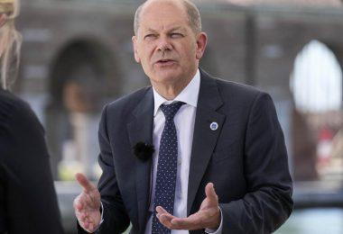 Olaf Scholz, Bundesfinanzminister und SPD-Kanzlerkandidat, während eines Interviews am Rande des G20-Gipfels in Venedig. Foto: Luca Bruno/AP/dpa