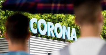 Der Schriftzug «Corona» ist auf dem Dach eines Containers der Ausstellung «Das Corona-Ding» in Hannover zu lesen. Foto: Moritz Frankenberg/dpa