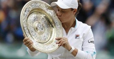 Die Siegerin Ashleigh Barty küsst die Trophäe. Foto: Peter Nicholls/PA Wire/dpa