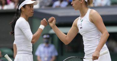 Hsieh Su-Wei (l) und Elise Mertens geben sich einen Faustcheck. Foto: Kirsty Wigglesworth/AP/dpa