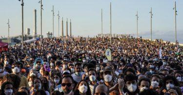 Menschen besuchen trotz Corona ein Musikfestival in Barcelona.Ganz Spanien mit Mallorca als liebster Urlaubsinsel der Deutschen ist wieder Corona-Risikogebiet. Foto: Joan Mateu/AP/dpa