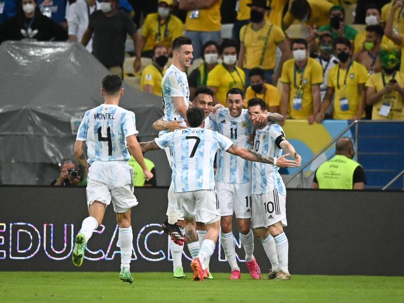 Angel Di Maria (2.v.r.)feiert sein 1:0 für die argentinische Mannschaft. Foto: Andre Borges/dpa