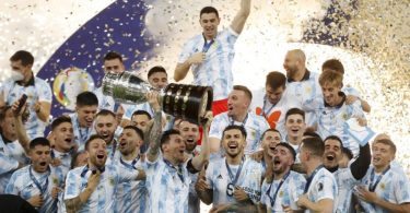 Argentiniens Spieler feiern mit der Trophäe nach dem 1:0-Sieg gegen Brasilien. Foto: Andre Penner/AP/dpa