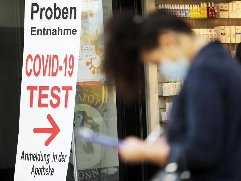 Eine Frau füllt vor einer Apotheke ein Formular für einen Covid-19-Test aus. Das RKImeldet 745 Neuinfektionen sowie eine Sieben-Tage-Inzidenz von 6,0. Foto: Oliver Berg/dpa