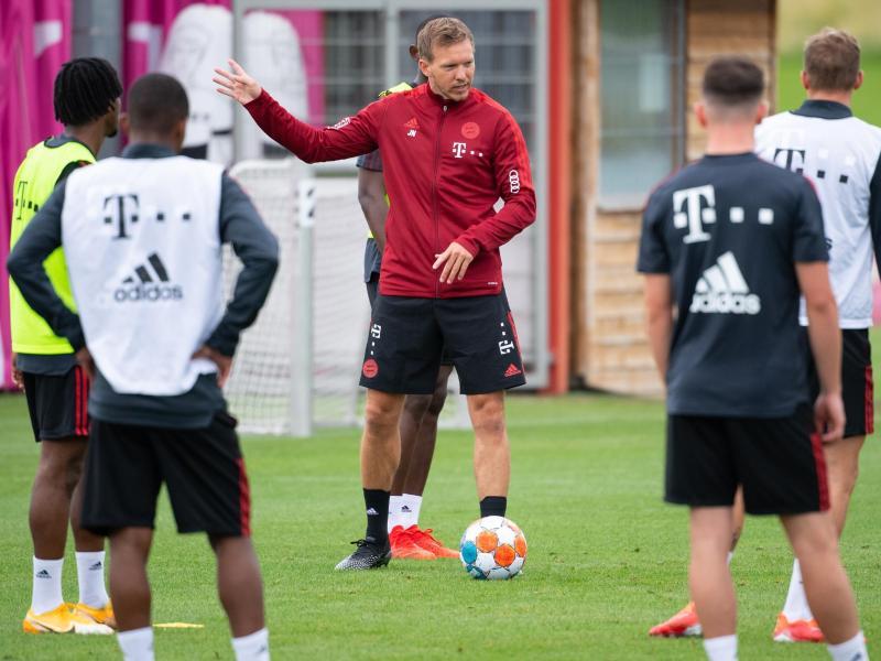 Bayern-Coach Julian Nagelsmann (M) beim Trainingsauftakt der Münchener. Foto: Sven Hoppe/dpa