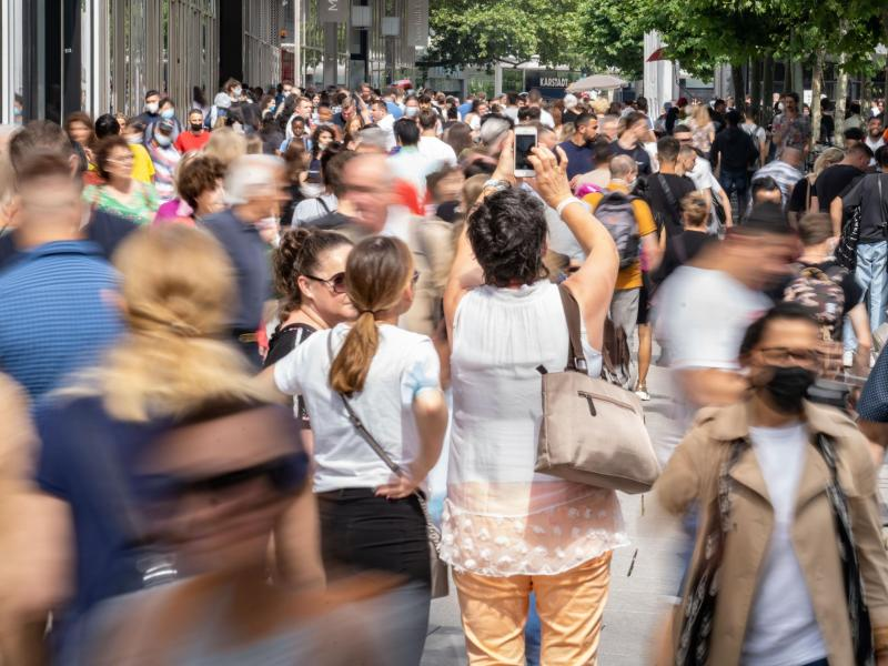 Die Inzidenz in Deutschland steigt seit nun mehr fünf Tagen in Folge wieder an. Dennoch fordern mehrere Politiker weitere Öffnungen. Foto: Frank Rumpenhorst/dpa