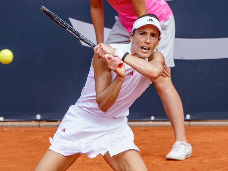 Petkovic musste sich im Finale von Hamburg der Rumänin Elena Ruse mit 6:7 (6:8), 4:6 geschlagen geben. Foto: Axel Heimken/dpa