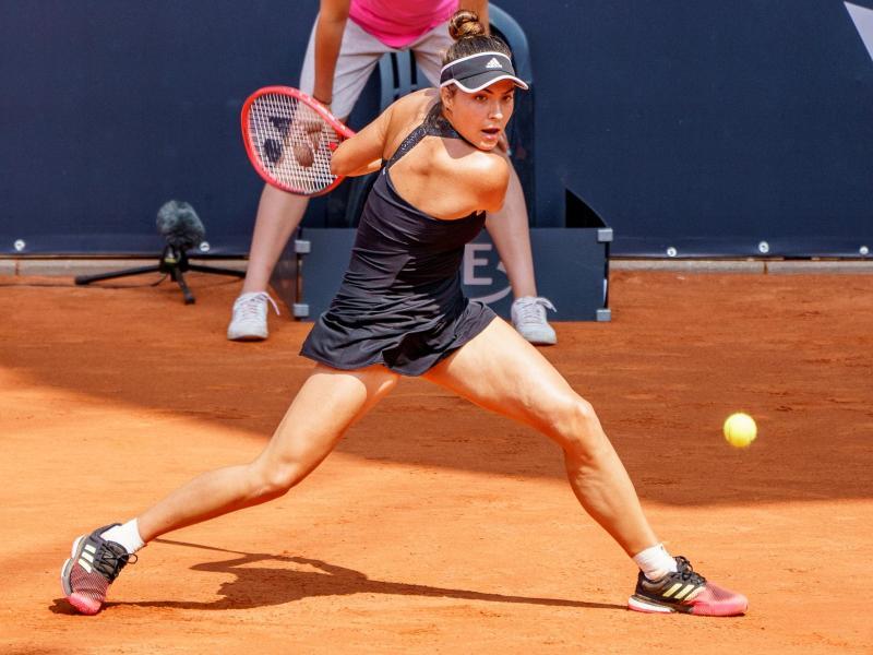 Petkovic-Finalgegnerin Elena-Gabriela Ruse spielt einen Ball. Foto: Axel Heimken/dpa