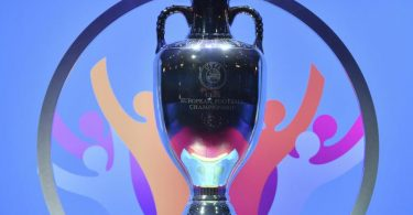 Der EM-Pokal steht auf einem Podest. Foto: Harold Cunningham/UEFA via Getty Images/dpa