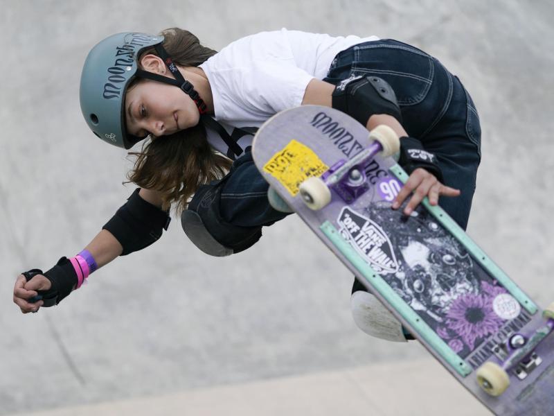 Ist die jüngste deutsche Olympia-Teilnehmerin: Skateboarderin Lilly Stoephasius. Foto: Charlie Neibergall/AP/dpa