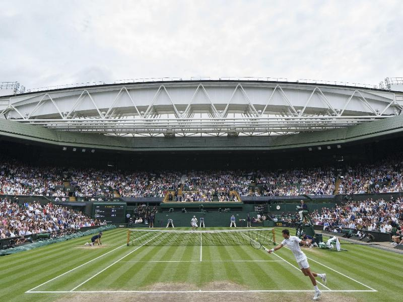 Beim Finale von Matteo Berrettini gegen Novak Djokovic (vorn) ist das Stadion in Wimbledon voll. Foto: Joe Toth/Aeltc Pool/PA Wire/dpa