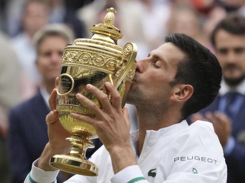 Wimbledon-Sieger Novak Djokovic küsst seine Trophäe. Foto: Alberto Pezzali/AP/dpa