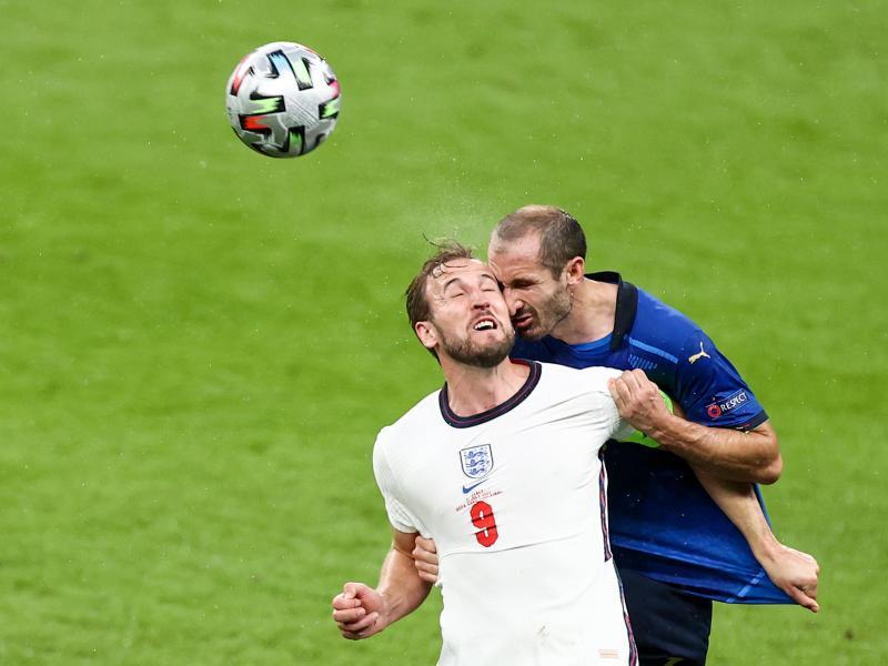 Der Italiener Giorgio Chiellini (r) und Englands Harry Kane prallen beim Kopfballduell aufeinander. Foto: Christian Charisius/dpa