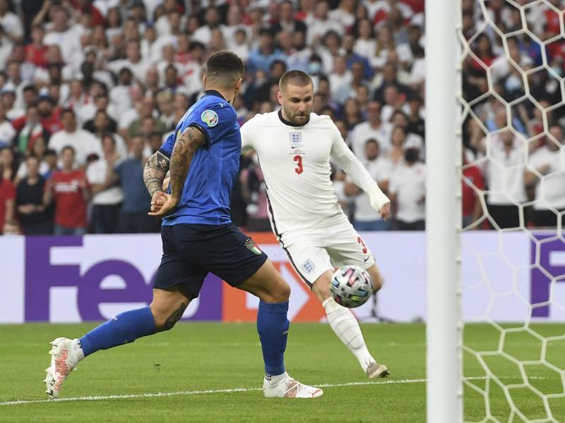 Englands Luke Shaw (r) erzielt das Tor zum 1:0 gegen Italien per Dropkick. Foto: Andy Rain/POOL EPA/dpa