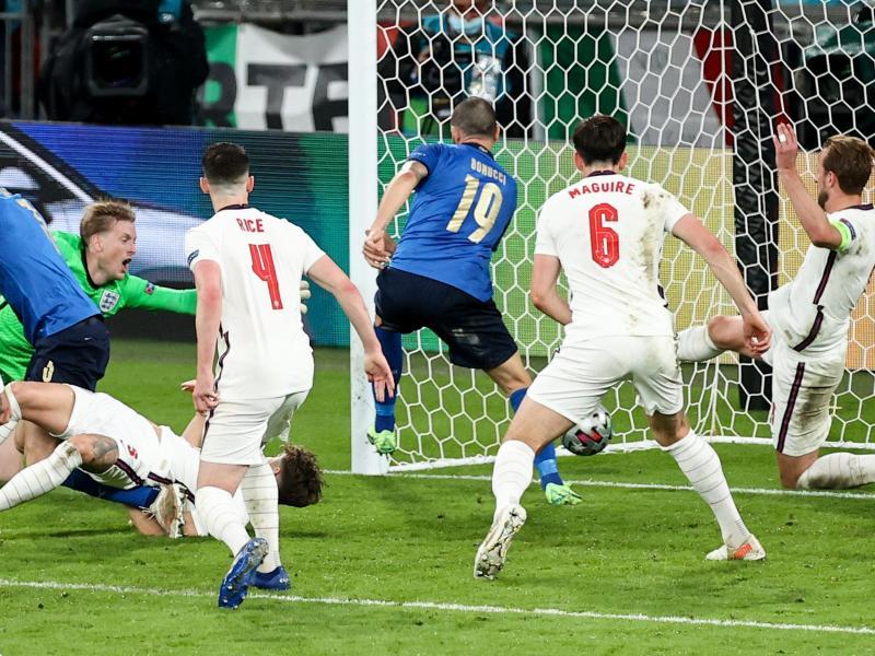 Leonardo Bonucci (M/19) erzielt mit einem Nachschuss das 1:1 für Italien gegen England. Foto: Christian Charisius/dpa