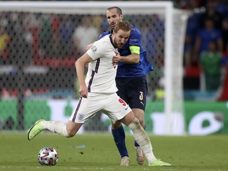 Italiens Giorgio Chiellini (r) kämpft mit Englands Harry Kane um den Ballbesitz. Foto: Carl Recine/Pool Reuters/AP/dpa