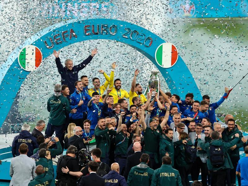 Italiens Spieler feiern nach dem Spiel mit dem Pokal die Europameisterschaft. Foto: Christian Charisius/dpa