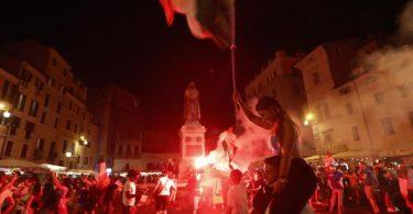 Italiens Fans feiern in Rom. Foto: Riccardo De Luca/AP/dpa