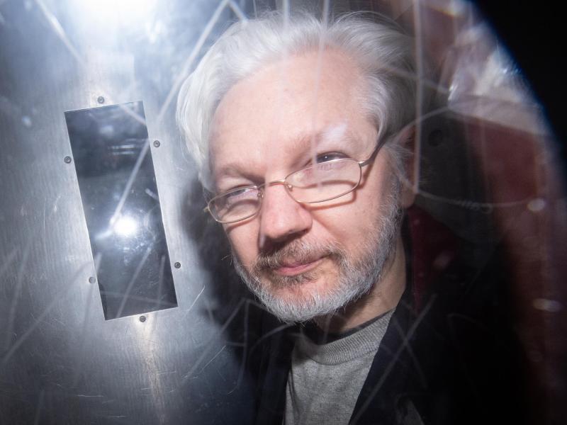 Wikileaks-Gründer Julian Assange verlässt ein Londoner Gericht nach einer Anhörung zum Auslieferungsgesuch der USA. Foto: Dominic Lipinski/PA Wire/dpa