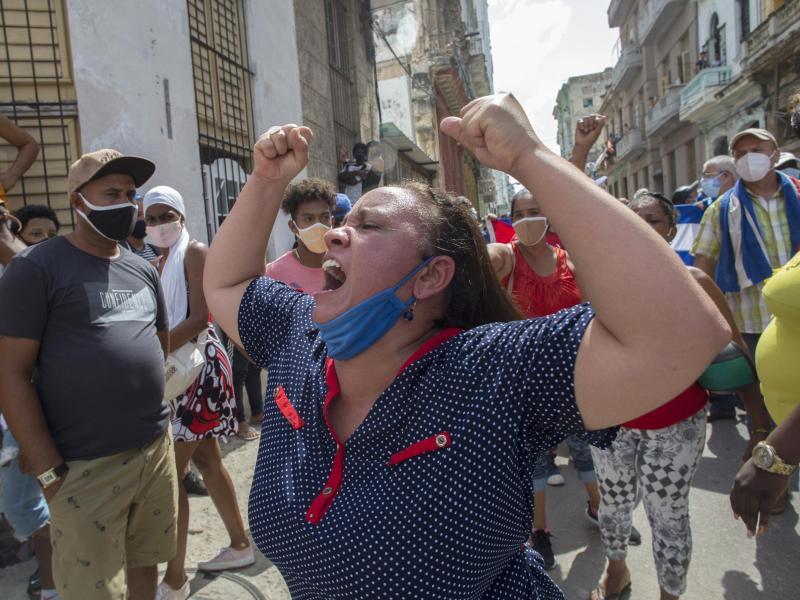 Eine Frau schreit Pro-Regierungs-Parolen, in Havanna, Kuba. Erstmals seit Jahren gehen Demonstranten wieder in großer Zahl gegen die sozialistische Regierung auf die Straßen. Foto: Ismael Francisco/AP/dpa