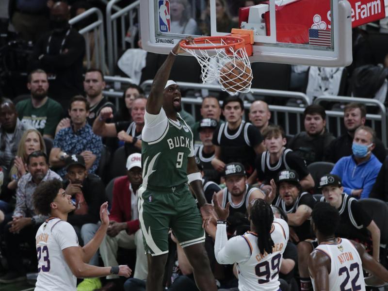 Bobby Portis (M) von den Milwaukee Bucks dunkt. Foto: Aaron Gash/AP/dpa