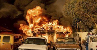"""Flammen des """"Sugar Fire"""" schlagen aus einem Wohnhaus. Foto: Noah Berger/FR34727 AP/dpa"""