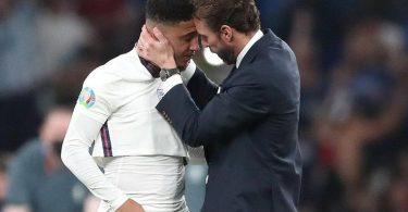 England-Coach Gareth Southgate spendet Trost für Jadon Sancho nach dessen verschossenen Elfmeter. Foto: Nick Potts/PA Wire/dpa