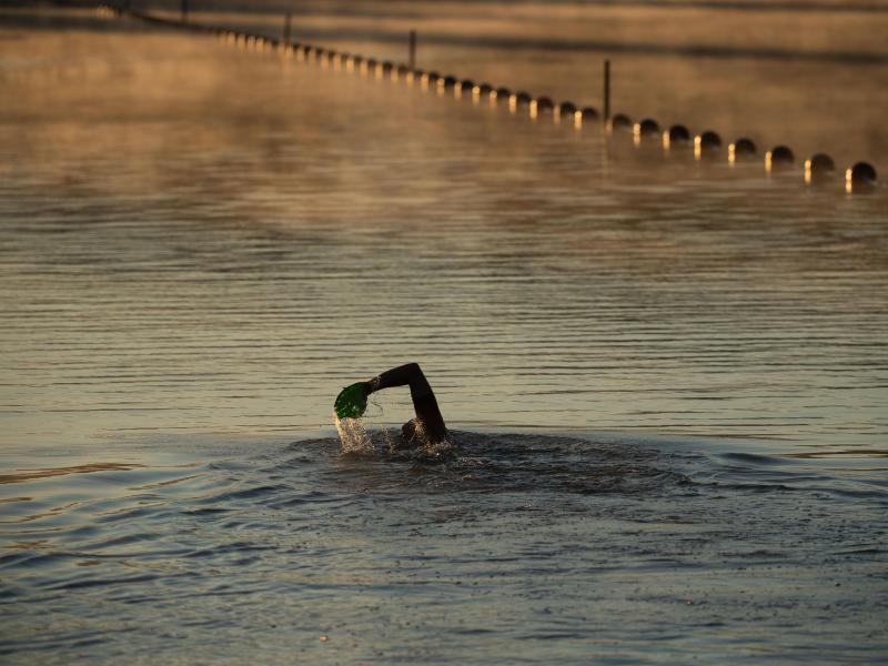 Die Deutsche Lebens-Rettungs-Gesellschaft DLRG warnt davor, allein schwimmen zu gehen. Denn es könne immer zu einem Notfall kommen. Foto: Marijan Murat/dpa