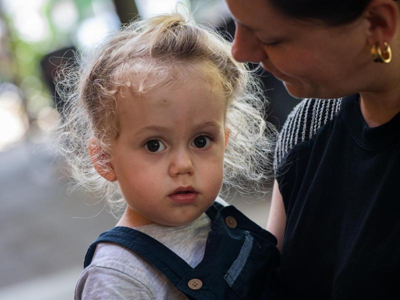 Aua Kopf! Sind Kinder nach einem Stoß gegen den Kopf besonders anhänglich, kann das ein Anzeichen für eine Gehirnerschütterung sein. Foto: Franziska Gabbert/dpa-tmn