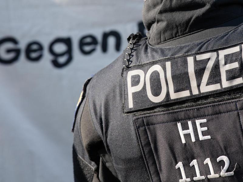 Ein Polizist ist bei einer Demonstration in Frankfurt im Einsatz. Foto: Boris Roessler/dpa