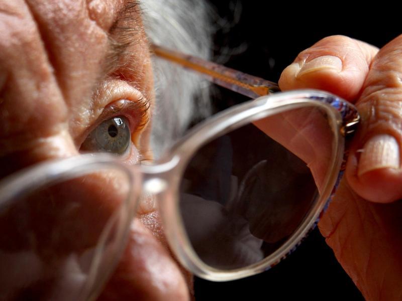 Vor allem ältere Menschen sind vom plötzlichen, schmerzfreien Sehverlust betroffen. Foto: Karl-Josef Hildenbrand/dpa/dpa-tmn