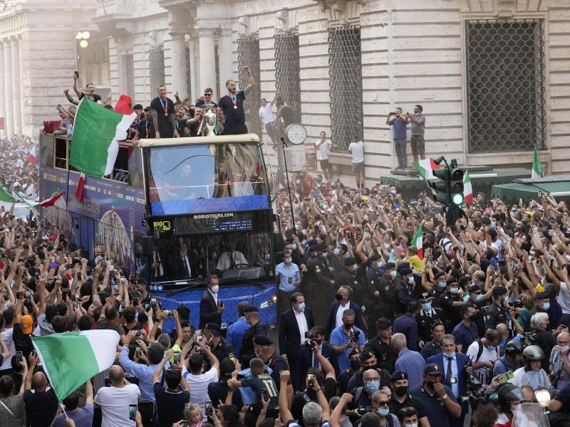 Am Ende hat die Fahrt durch Rom mit dem offenen Doppeldecker für Italiens Europameister doch geklappt. Foto: Gregorio Borgia/AP/dpa