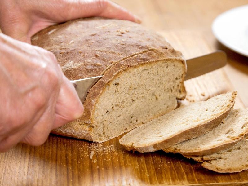 Frisches Brot wird im Kühlschrank zwar schneller altbacken, hält sich dafür aber länger. Foto: Kai Remmers/dpa-tmn