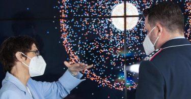 Verteidigungsministerin Annegret Kramp-Karrenbauer im Gespräch mit Oberst Marco Manderfeld, dem militärischen Leiter des Weltraumlagezentrums. Foto: Christian Timmig/Bundeswehr/dpa