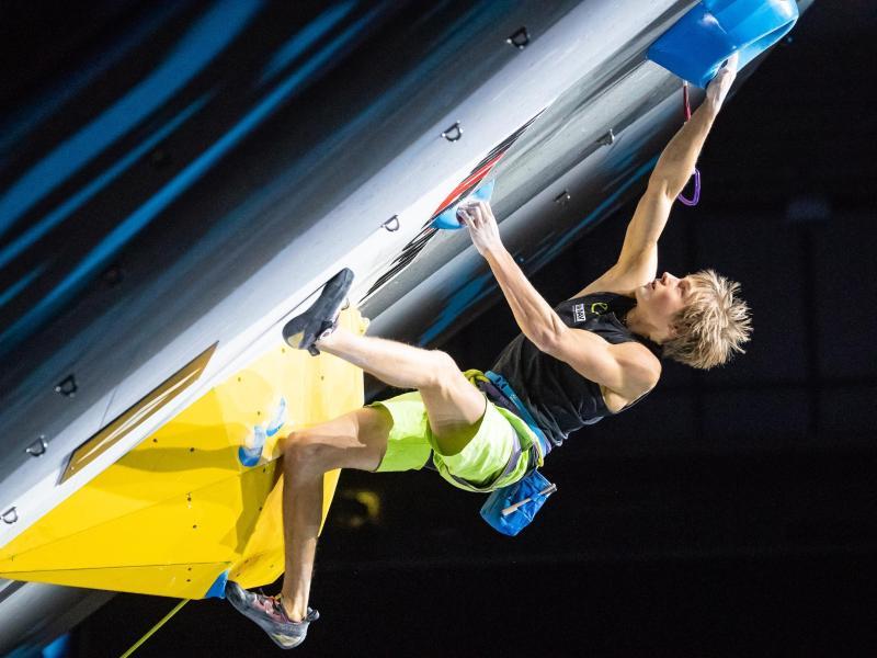 Überhängende Vorsprünge sind seine Spezialität: Kletter-Ass Alexander Megos. Foto: Expa/Johann Groder/APA/dpa