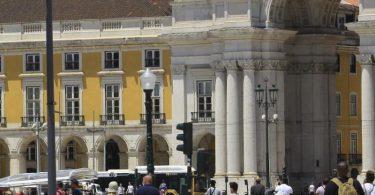 Touristen am gehen Comercio-Platz in Lissabon. Foto: Edson De Souza/TheNEWS2 via ZUMA Wire/dpa