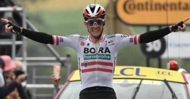 Etappensieger Patrick Konrad aus Österreich vom Team Bora Hansgrohe jubelt auf der Ziellinie. Foto: Philippe Lopez/AFP/dpa