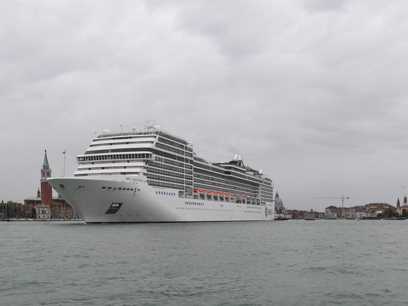 Ein Kreuzfahrtschiff fährt an der Lagunenstadt Venedig von einem Schlepper gezogen vorbei. Foto: Felix Hörhager/dpa