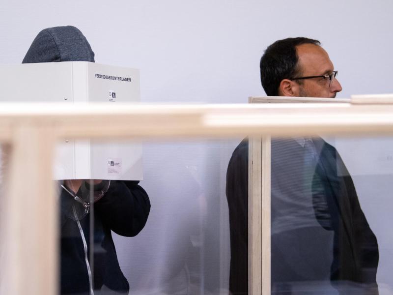 Der Täter (l)und sein Anwalt Adam Ahmed wollen das Urteil anfechten. Foto: Sven Hoppe/dpa