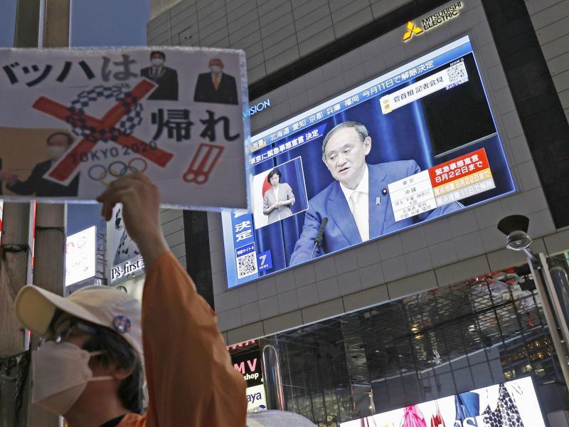 Japans Premierministers Yoshihide Suga steht bei der Bevölkerung in der Kritik. Foto: ---/Kyodo/dpa