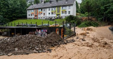 Auch in Altena im Sauerland haben die starken Regenfälle viele Schäden verursacht. Die Einsatzkräfte kämpfen gegen Wasser-, Erd- und Geröllmassen. Foto: Markus Klümper/dpa